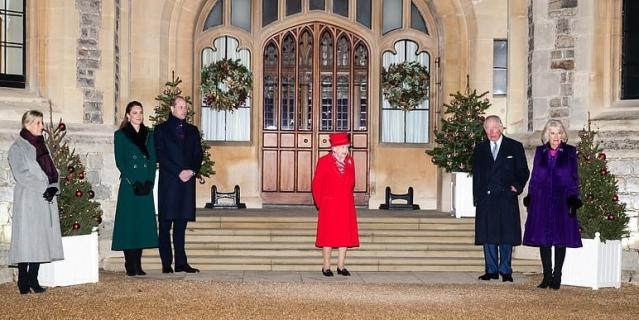 На фото - дамы в сапогах, королева - в туфлях.