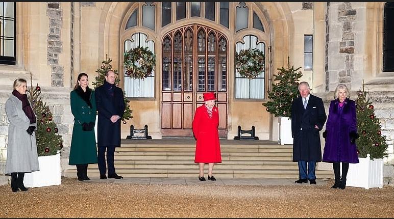 На фото - дамы в сапогах, королева - в туфлях. Фото Getty