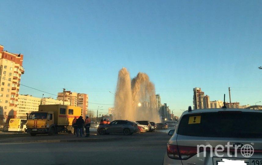 Часть проезжей части Ленинского проспекта оказалась под водой. Фото vk.com/spb_today.