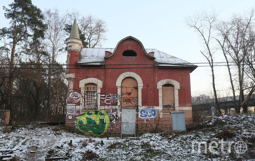 Раньше здание украшала майолика, а теперь  граффити. Фото Василий Кузьмичёнок