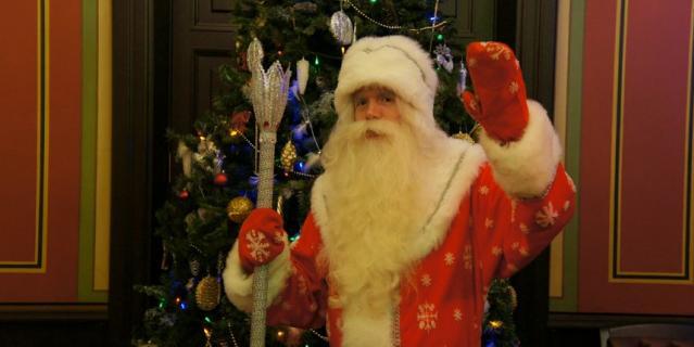 Этот Дед Мороз будет работать в квартирах и на улице.
