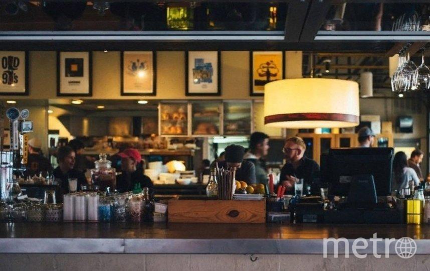 В баре проверяющие обнаружили посетителей, которые находились там после 23:00. Фото Pixabay.