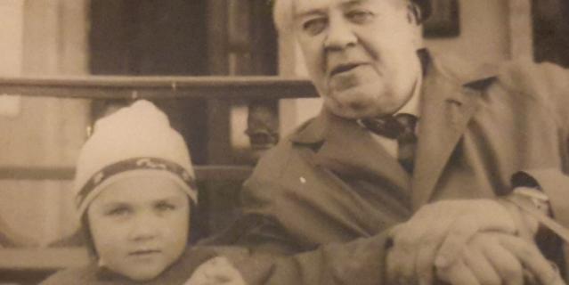 Конец 1960-х. Юрий Васнецов с внучкой Машей в Комарово.