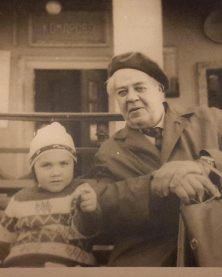 Конец 1960-х. Юрий Васнецов с внучкой Машей в Комарово. Фото предоставлено Марией Захаренко