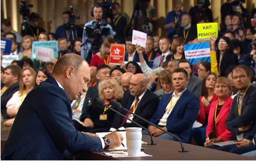 Обычно журналисты готовят заранее таблички, чтобы привлечь внимание президента. Фото скриншот, Скриншот Youtube