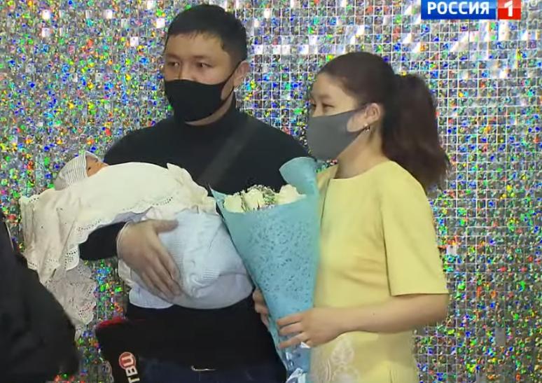 Молодая семья в полном составе. Фото канал Россия 24, Скриншот Youtube