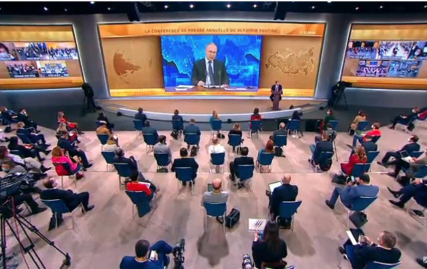 Вот так наблюдают за ответами Путина журналисты в Центре международной торговли на Краснопресненской набережной. Фото Скриншот Youtube