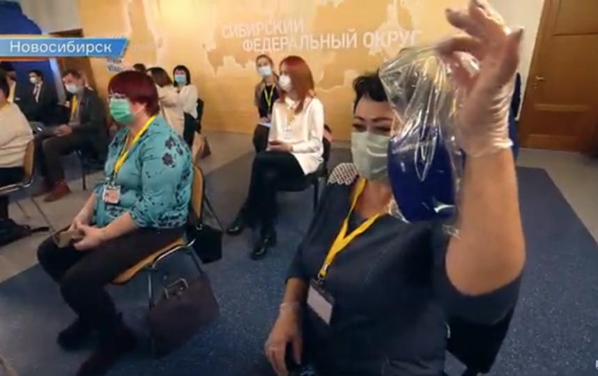 Журналистка получила сувенир. Фото Скриншот Youtube