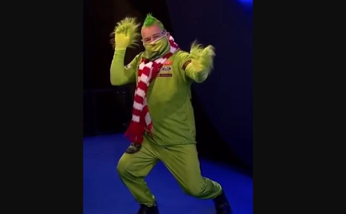 Питер Райт в образе Гринча. Фото скриншот с канала DAZN_DE на Youtube, Getty