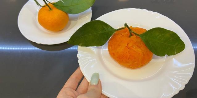 "Салат ""Мандаринка"" и настоящий мандарин."