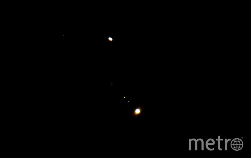 Юпитер с его лунами и Сатурн (вверху) видны в непосредственной близости друг от друга 19 декабря 2020 года в Хай-Викоме, Англия. Фото Getty