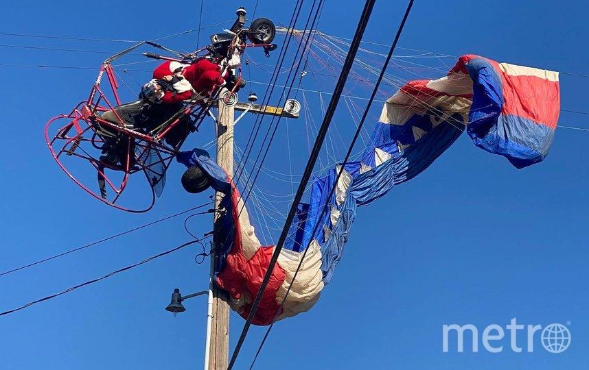 Санта-Клаус застрял в линиях электропередач. Фото https://www.facebook.com/CHPNorthsac/