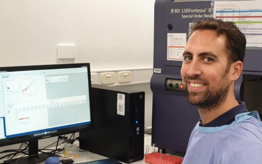 Доцент Менно ван Зельм в своей лаборатории в университете Монаш. Фото Университет Монаша.