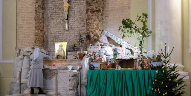 Ель во многих конфессиях считается древом жизни. В католическом храме Святой Екатерины установили несколько хвойных деревьев.