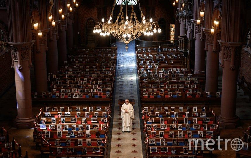 Снимки вместо прихожан. Фото Фабрис Коффрини, AFP
