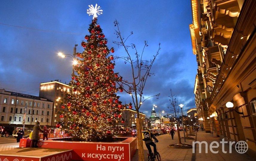 """Новогодняя атмосфера в Москве чувствуется, несмотря на пандемию. Фото АГН """"Москва""""/Сергей Киселёв"""