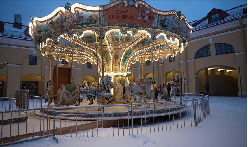 """Петербург украшен к Новому году и гулять по улицам в центре - тоже развлечение. Фото Святослав Акимов, """"Metro"""""""