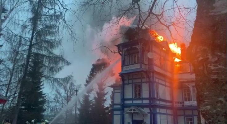 Пожар в усадьбе. Фото МЧС
