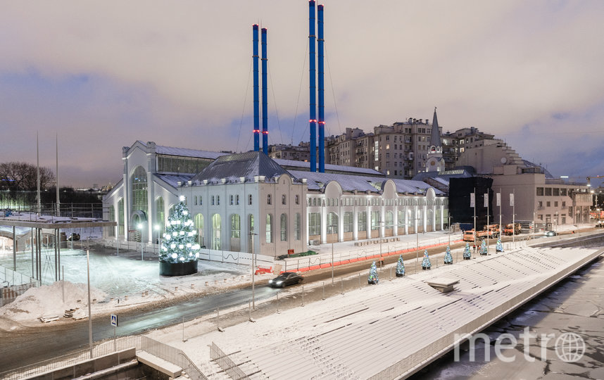 """Дом культуры """"ГЭС-2"""" на Болотной набережной – новый дом фонда V–A–C – на днях представил свою новогоднюю декорацию. Фото Глеб Леонов"""