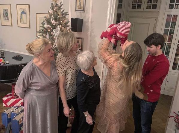 Алиса Фрейндлих в кругу родственников, 2019. Фото Скриншот Instagram: @annatarasova
