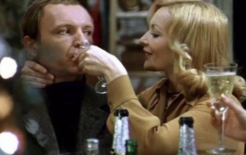 На этом кадре Надя своими руками толкает Лукашина в запой. Фото – скриншот видео.