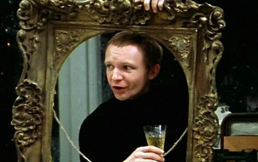 Хотите всех веселить до утра – как Женя Лукашин? Съешьте бутербродик с икрой и маслом. Фото – скриншот видео.