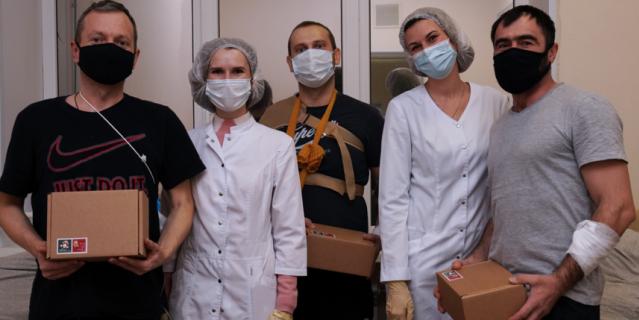 Благотворительный фонд AdVita поздравил пациентов шести онкологических отделений НМИЦ онкологии им. Н.Н. Петрова и НИИ ДОГиТ им. Р.М. Горбачевой.