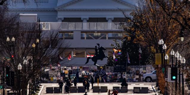 Рабочие в последние дни начали монтировать трибуны для инаугурационного парада перед Белым домом.