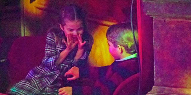 Джордж и Шарлотта в театре на рождественском представлении в конце 2020 года.