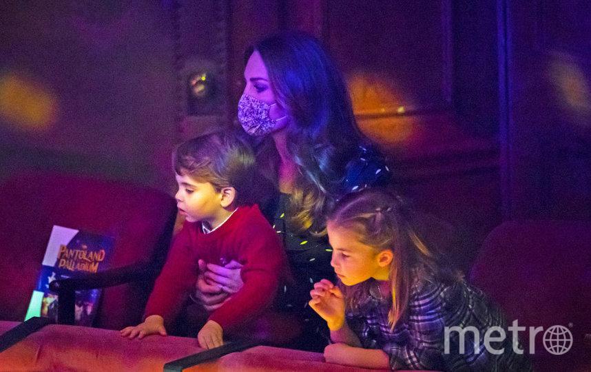 Кейт Миддлтон с детьми в театре на рождественском представлении в конце 2020 года. Фото Getty