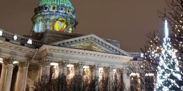 кто проходил мимо Казанского собора, могли заметить на его куполе видеопроекцию Казанской иконы Божией Матери.