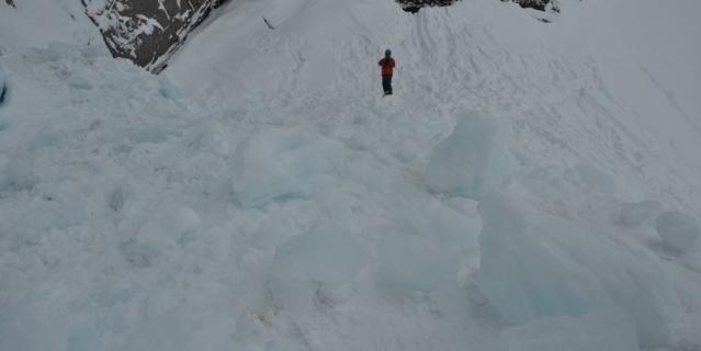 Вот эти глыбы льда рухнули на людей.