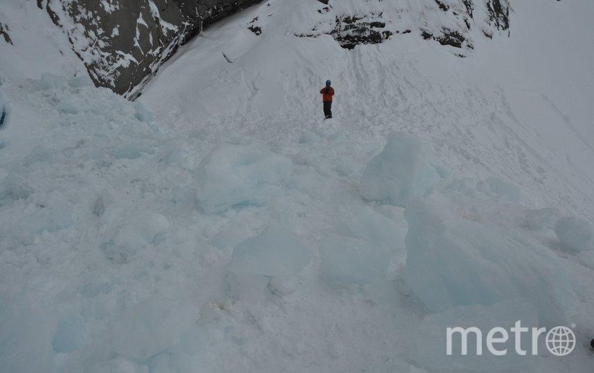 Вот эти глыбы льда рухнули на людей. Фото МЧС Камчатка