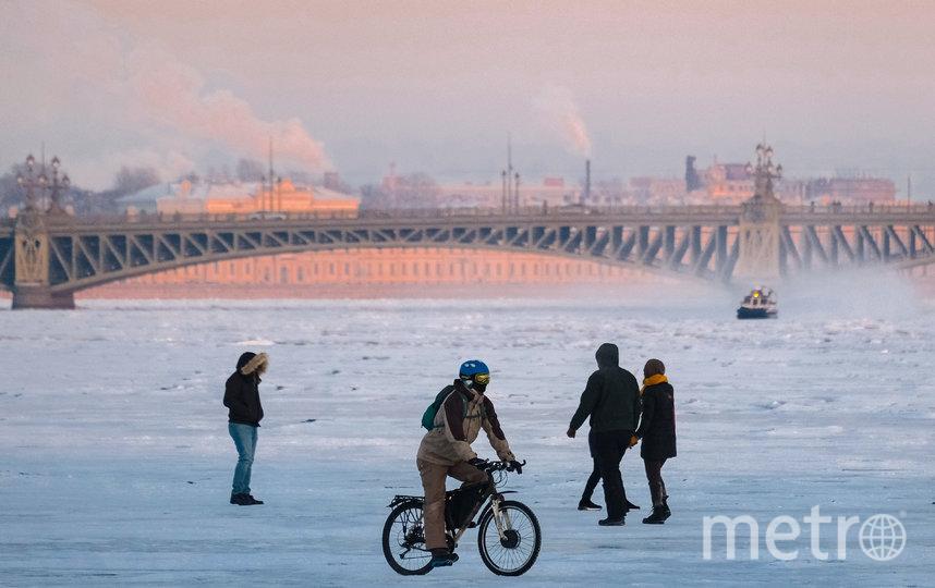"""Бесстрашные горожане любуются видами Северной столицы с замёрзшей Невы. Фото Алена Бобрович, """"Metro"""""""