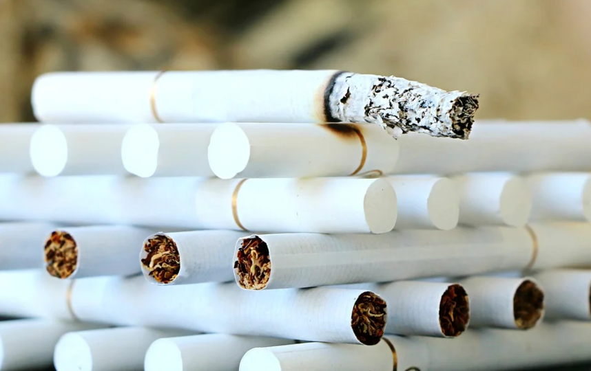 Сигареты в России в ближайшее время могут подорожать из-за замены обычной бумаги на самозатухающую.