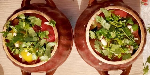 Говядина тушенная с овощами в горшочках.
