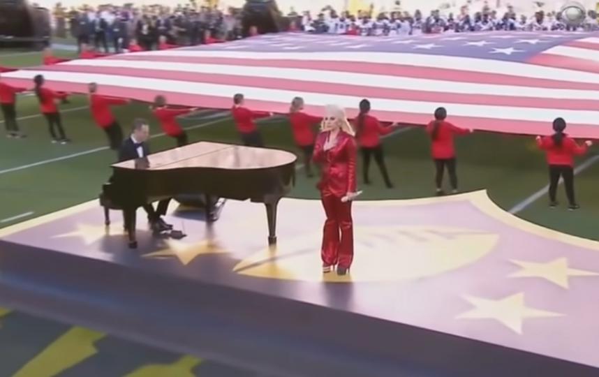 Леди Гага уже пела гимн США. Фото Скриншот Youtube