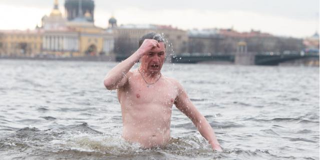 Вот так было в Крещение в 2020 году у Петропавловской крепости.