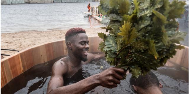 В честь празднования Крещения на пляже Петропавловской крепости установили специальную купель - вода в ней была теплая.