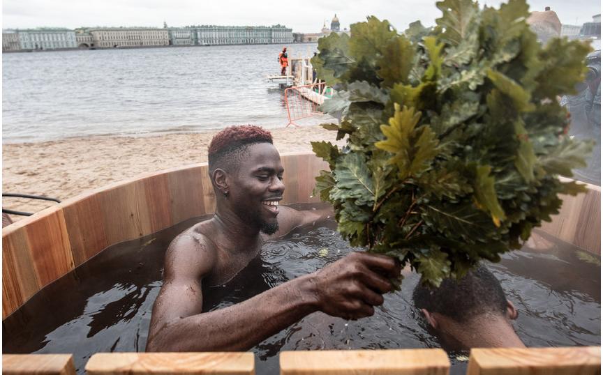 """В честь празднования Крещения на пляже Петропавловской крепости установили специальную купель - вода в ней была теплая. Фото """"Metro"""""""