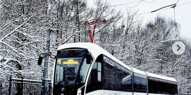 Водитель трамвая видит, как Москва просыпается.