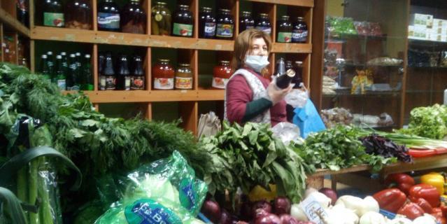 """Продавец Сабина из """"Овощного на Ленина"""" знает всех постоянных покупателей."""