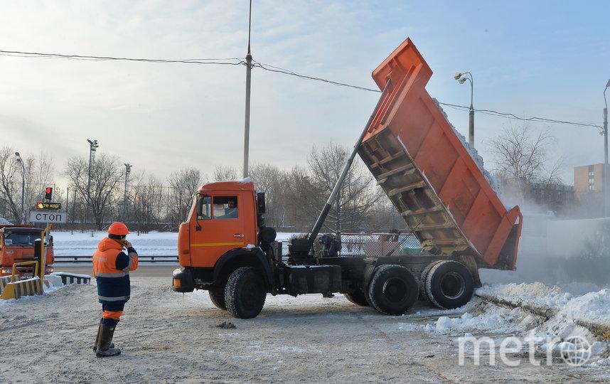 """Самосвал вплотную подруливает к «бассейну» и сбрасывает снег. Фото Александр Кочубей, """"Metro"""""""