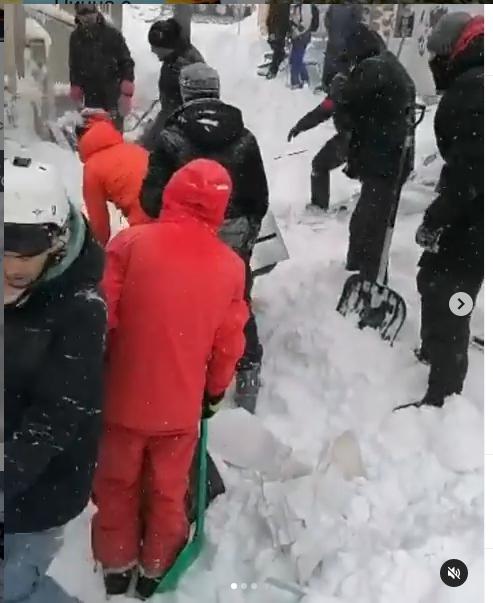 Расчищать снег бросились все, кто находился рядом. Фото скрин-шот
