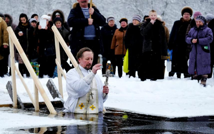 Священник Сергей Барышев окунается в иордань. Фото Алена Бобрович
