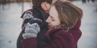 Берни в перчатках и День обнимашек: какими были тренды