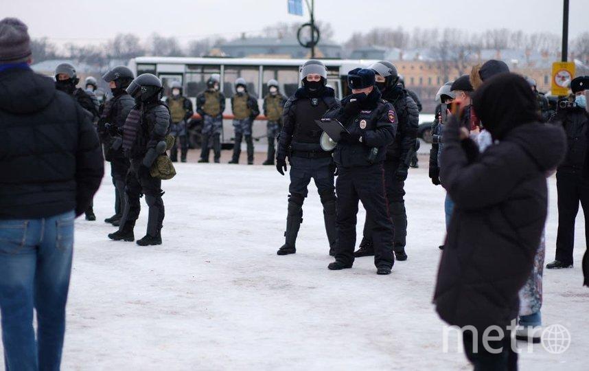 Участники несанкционированной акции в центре Петербурга покинули Сенатскую площадь. Фото Дарья Кашина.
