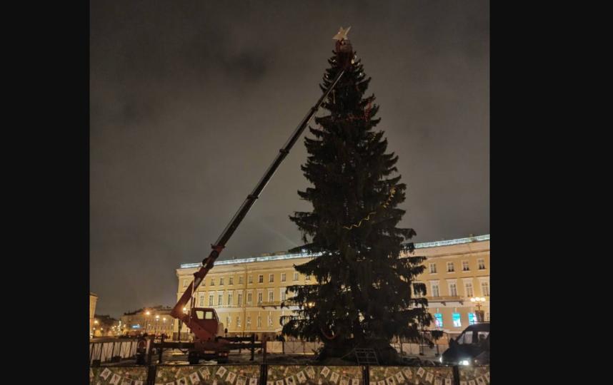 Елку обещали оставить до конца января, но разбирать начали уже в выходные. Фото https://vk.com/aerinn?w=wall4833435_9691