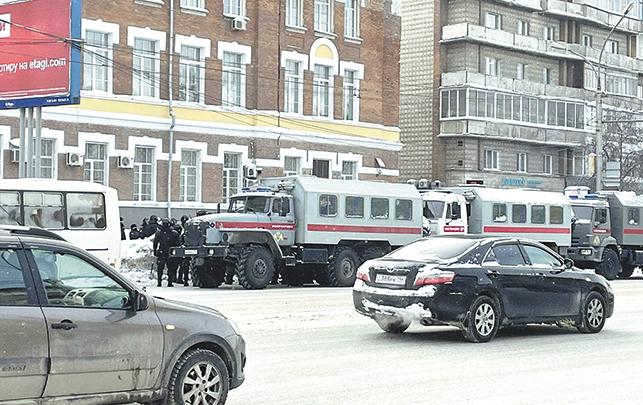 Около Дома офицеров выстроилась колонна из спецтехники, автозаков и пазиков с силовиками. Фото Ольга Пастухова