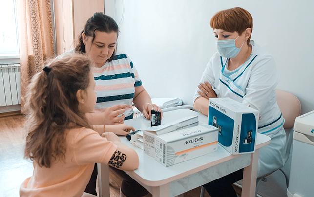 Инсулиновая помпа помогает ребёнку чувствовать себя более свободно в школе, в гостях или на прогулке. Фото ДЕТИ-ВМЕСТЕ.РФ